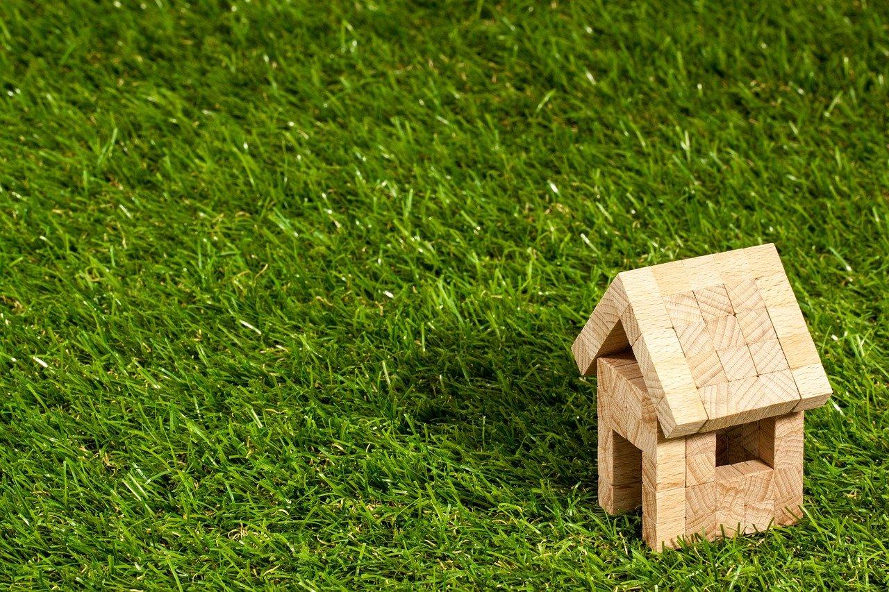 casinha de brinquedo sobre a grama